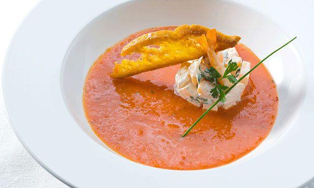 Gaspacho com camarão é uma entrada fresca e com um sabor marcado, experimente servir antes de um almoço de festa.