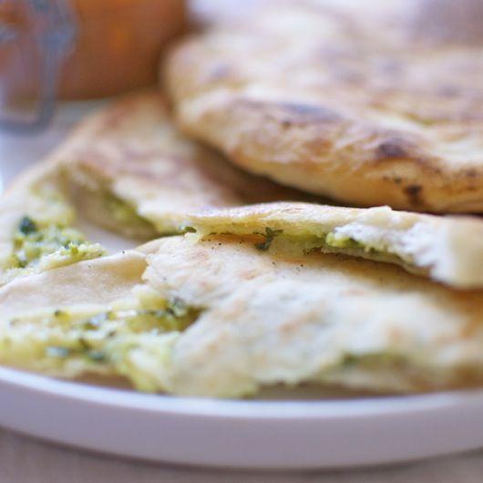 El pan naan es un tipo de pan plano sorprendente, preparado en la India con una masa ligera enriquecida con ghee (mantequilla clarificada) y yogurt. Normalmente se prepara en los hornos tradicionales de barro, el tandoor, aunque también se puede hacer en la plancha o sartén muy caliente. Admite muchos rellenos, como este de queso, …