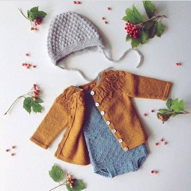 Ministrikk adores @gudrunlara 's styling of the Guttestrikkeboka alpaca romper. Put together with Lene Holme Samsøes perfect cardi design. Inspiring! #guttestrikkeboka #drengestrik