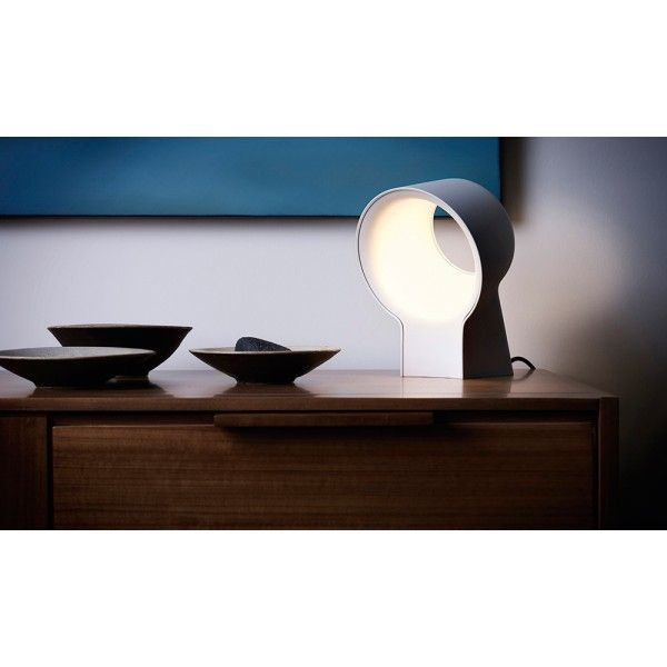 Lirio by Philips La Lente tafellamp LED. Deze #tafellamp van #LiriobyPhilips lijkt wel op een vergrootglas die licht geeft. #verlichting #lampen #tafellampen #design #Flinders