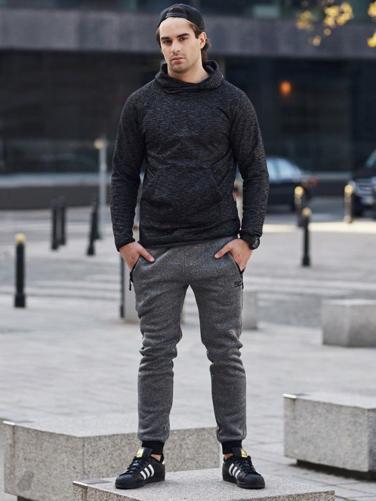 Subtle, yet impressive styling from the Bolf collection on cold days. This time we decided to place a bet on minimalism, so you have a black hood with graphite jogger sweatpants. Let's throw in a watch - just to always have the time under control.