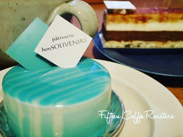 常連さんからいただきましたこちらこそお世話になっているのにいつもありがとうございます 滋賀の#patisserie bonSOUVENIRSさんのケーキすごい青食べるのもったいない  #高槻 #大阪 #高槻コーヒー #大阪コーヒー #コーヒー #コーヒー豆 #コーヒー豆専門店 #coffee #coffeebeans #takatsuki #japan #fifteencoffeeroasters #patisserie #patisserie #souvenirs #patisseriebonsouvenirs #パティスリー #パティスリーボンスヴニール