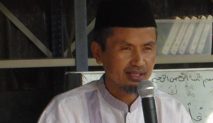 Abdul Azis Qahar Muzakar Putera Kahar Muzakar yang Sahaja Meski Jadi Pejabat Negara (DPD-RI)  KONFRONTASI- Ini kisah tentang putera Kahar Muzakkar yang mendengar namanya saja tentunya orang akan teringat dengan pemberontakan Darul Islam/Tentara Islam Indonesia (DI/TII) di era tahun 50 an di wilayah Sulawesi.  Dalam literatur Tragedi Patriot dan Pemberontak Kahar Muzakkar dia satu-satunya pengawal Soekarno dan Mohammad Hatta dengan bersenjatakan golok melindungi dwi-tunggal ketika dikelilingi…