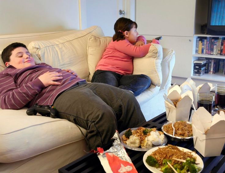 Obesità infantile, la colpa è dei genitori che lavorano e non hanno tempo per la cucina casalinga e rimediano con pasti mordi e fuggi e meno movimento