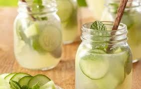 Refresca la tarde con esta #deliciosa agua de #pepino con menta y limón. Te encantará.