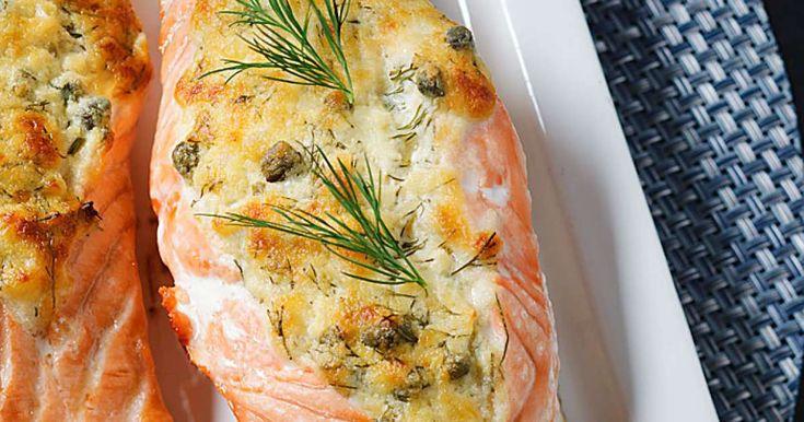 Poista lohifileestä ruodot ja leikkaa kala poikittain neljään osaan. Leikkaa palojen keskelle pitkittäin syvät viillot lähes nahkaan saakka.