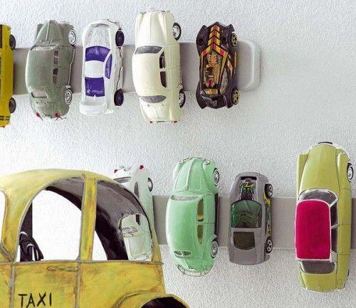 Deze is echt super slim. Een magneetstrip om de speelgoedauto's netjes op te bergen!