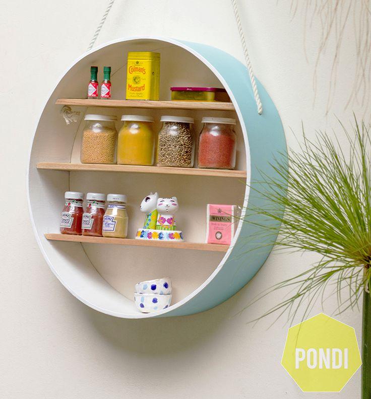 Nuestro primer producto es un círculo colgante en madera paraíso. Se puede usar en distintos espacios, y con distintas funciones, por ejemplo, para poner condimentos y piezas de bazar