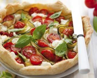 Tarte tomate, courgette et mozzarella au basilic : http://www.fourchette-et-bikini.fr/recettes/recettes-minceur/tarte-tomate-courgette-et-mozzarella-au-basilic.html