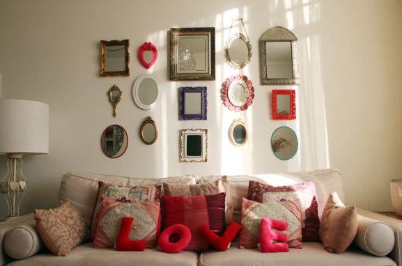 Na parede do sofá, composição de vários espelhinhos. Funciona super agrupar vários elementos com o mesmo tema em uma só parede. E o sol entrando?  Por mim eu ficaria aí mesmo…