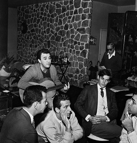 João Gilberto, entre Luiz Roberto e Quartera, de Os Cariocas, Tom Jobim e Vinicius de Moraes  anos 1960 - Rio de Janeiro: January, For Drink, 1960S Iii