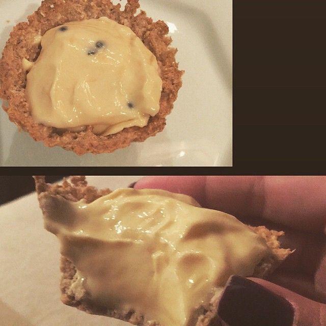 TORTINHA FIT DE MARACUJÁ >>> Receita: massa são 4 colheres de sopa de aveia flocos finos e 1 clara de ovo( caso queira q fique docinho coloque um pouquinho de adoçante) mistura em uma tigela dps modele as forminhas( usei de silicone) . Leve ao forno a 200 graus por uns 06min.>>>Creme: 1 iogurte grego light de maracujá ( uso o da Nestlé - meu preferido, é mais consistente). Só esperar a massa esfriar colocar o iogurte e pronto!!!  rende 2 tortinhas.