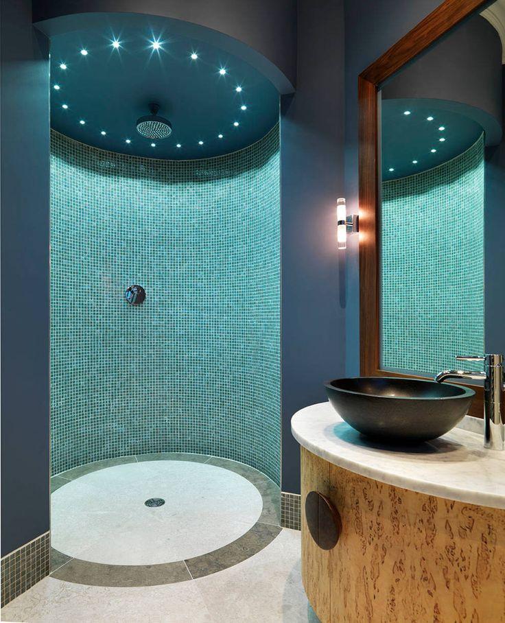 Красивый дизайн ванной комнаты: 120 фото различных стилей оформления http://happymodern.ru/krasivyy-dizayn-vannoy-komnaty/ Стеклянная мозаика цвета teal (морской волны) в современной душевой