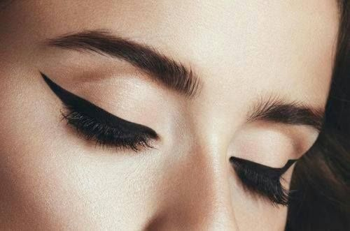 Eyeliner became popular after its discovery in King Tutankhamun's tomb in the 1920s. #Trivia #FashionFacts