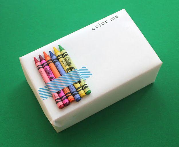 Pacchetti regalo originali per bambini con gessetti colorati per colorare il pacchetto. Geniale.  #pacchetti #pacchetto #regalo #regali #originali #Natale #compleanno #incartare #bambini #colori #gessetti