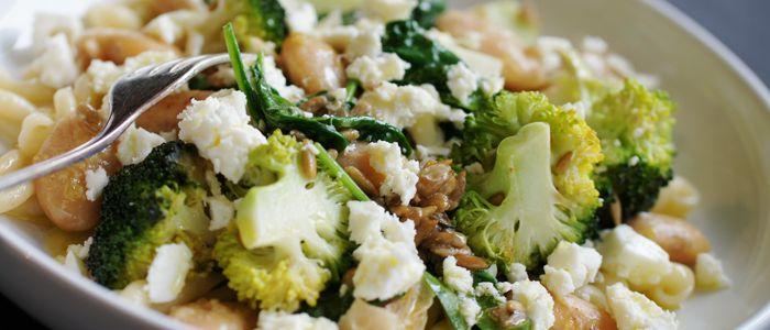 Krämig pasta med stekt broccoli, vita bönor och fetaost