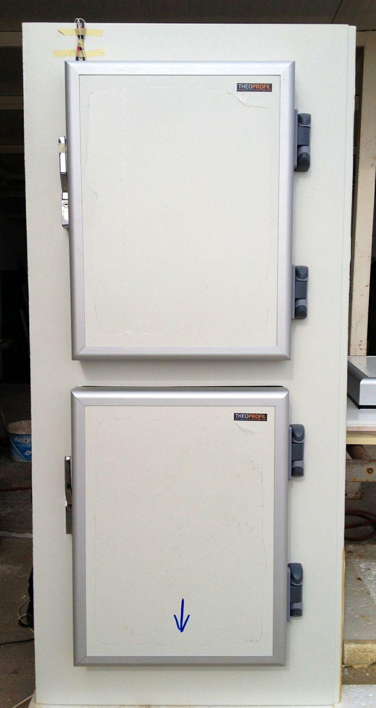 Λεπτομέρεια από ψυκτική πόρτα καθαρού ανοίγματος διαστάσεων 800mmX600mm. Οι πόρτες είναι έτοιμες κρεμασμένες στους προκατασκευασμένουσ ψυκτικό θάλαμος μικρού μεγέθους που κατασκευάζουμε για αροποιεία, ζαχαροπλαστεία. Στη φωτό διακρίνεται το καλώδιο της αντίστασης που είναι μόνο ένα παρόλου που οι πόρτες είναι δύο. Αυτό συμβαίνει διότι οι αντιστάσεις βρίσκονται μέσα στην κάσα. Έτσι ο ηλεκτρολόγος θα κάνει μόνο μία σύνδεση για άψογο αισθητικό αποτέλεσμα.