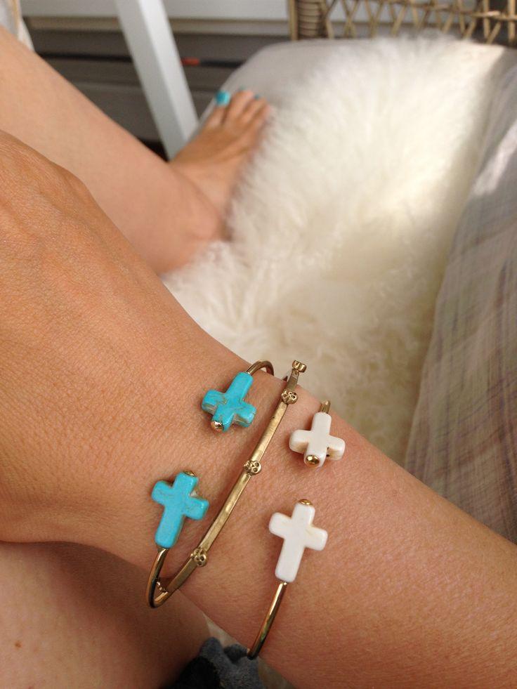 Outdoors lunsj break wearing Jules Smith and Bing Bang bracelets
