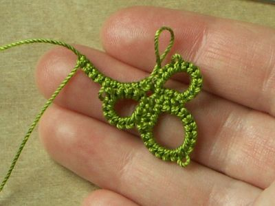 Pictoral tutorial of tatting without the shuttles.  Needs translating, but pictures are very clear.  Domocredix - Middia.net