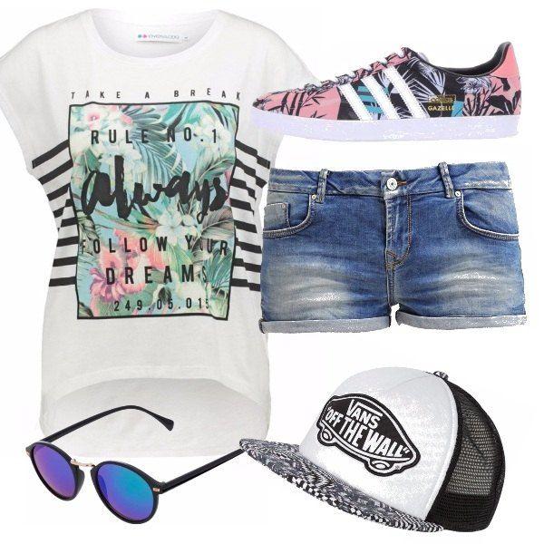 Un ottimo outfit per le più giovani: t-shirt con stampa floreale richiamata anche sulle Adidas, cappellino e short in jeans. A completare l'outfit, occhiali a specchio!
