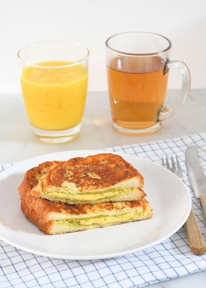Met deze hartige wentelteefjes maak je een feestje van het ontbijt. De gesmolten kaas en pesto in het midden van dit brood maken het ontzettend lekker.
