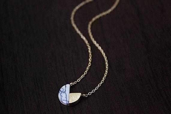 Wit marmeren stenen ketting *** prachtig en kleine gouden ingelijst uniek ontworpen witte marmeren hanger ketting is geweldig om te dragen voor alledaagse of speciale gelegenheden.  MATERIALEN Goud Vergulde rhodium Witte marmeren steen  GROOTTE Kettinglengte: 16.5  (zoals afgebeeld)  U kunt uw ketenlengte 15 inch - 18 inch voor uitchecken!  * ketting maten * 15 inch: rond hals 16 inch: standaard korte 17 inch: gemiddelde lengte 18 inch: standaard lange  LEVERTIJD Snelle verzending binnen…