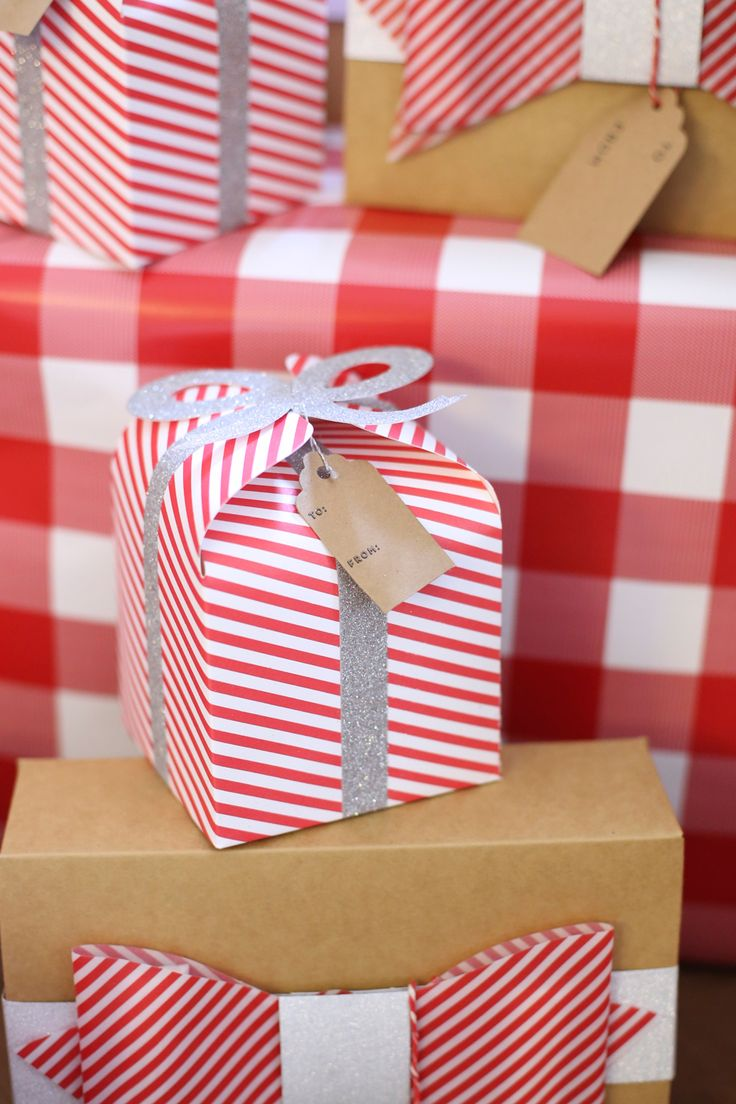 Love these DIY Christmas gift boxes with bows