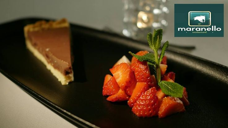 ⚪🔴 MARANELLO TARTUFO TART 🎉💃🏻🍻  Tarta czekoladowo - truflowa z sałatką ze świeżych truskawek ➡ http://maranello.pl/restauracja  👯🍷❄
