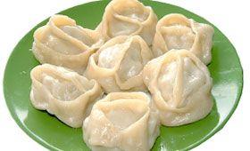 Russische Manti Nährwerte Portionen:50 Kalorien (kcal):1000 Fett (g):45 Kohlenhydrate (g):110 Protein (g):40 Zubereitungszeit: 1 Std. Koch-/Backzeit: 1 Std. Gesamtzeit: 2 Std. Drucken Zutaten 900ml lauwarmes Wasser 1kg Schweine-Hackfleisch 50ml Sonnenblumenöl Salz und Pfeffer 2 Eier 1-1,5kg Weizenmehl Mehl für die Arbeitsfläche Zubereitung Aus Wasser, Eiern, Mehl, 1 TL Salz einen Teig herstellen. Teig zu …