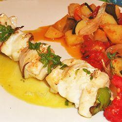 Espetos de peixe espada com molho de limão e salsa