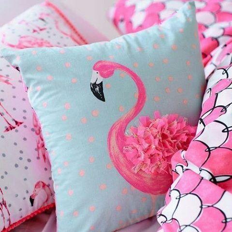 Que lindeza essa almofada de Flamingo. www.eutambemdecoro.com.br Por: adairs…