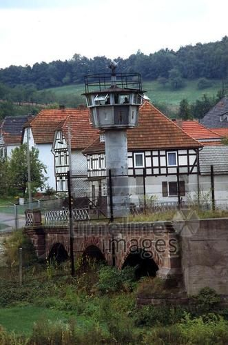 DDR-Grenze mit Wachturm Uwe Gerig/Timeline Images #1985 #1980er #DDR #GDR #Ostdeutschland #EastGermany #Lindewerra #Fachwerkhaus #Wachtürme #Turm #Grenze #Werra