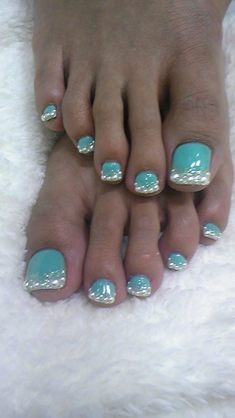 Wouldn't mind my toes done up like this for my special day:)