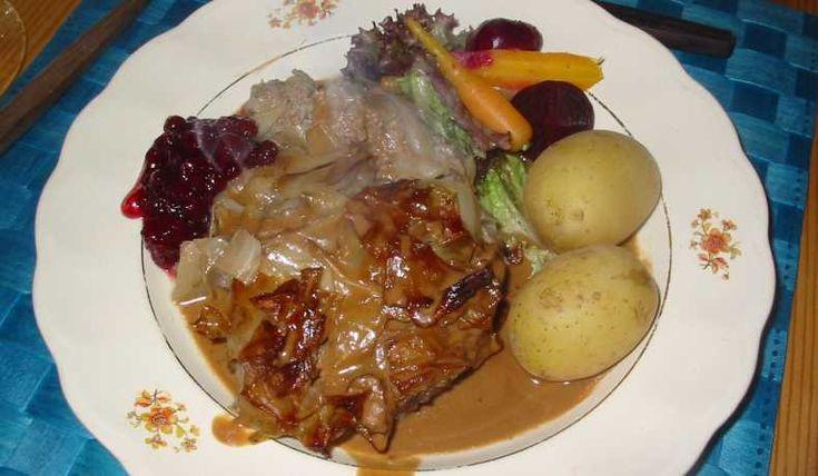 Kålpudding med brun sås - En klassisk husmansrätt. Hos oss avnjuter man den med potatis, brun sås och lingon. Enligt andra ska den bara serveras med lingon. Gör en stor sats och frys in det som inte går åt. Eller gör den halv och ät upp meddetsamma!
