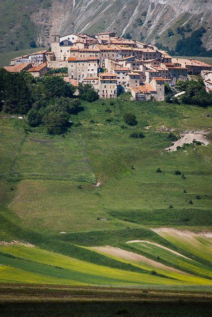 Fioritura della piana e Castelluccio di Norcia, Umbria - Italia