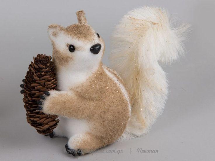 Διακοσμητικοί σκίουροι που κρατούν κουκουνάρια | bombonieres.com.gr