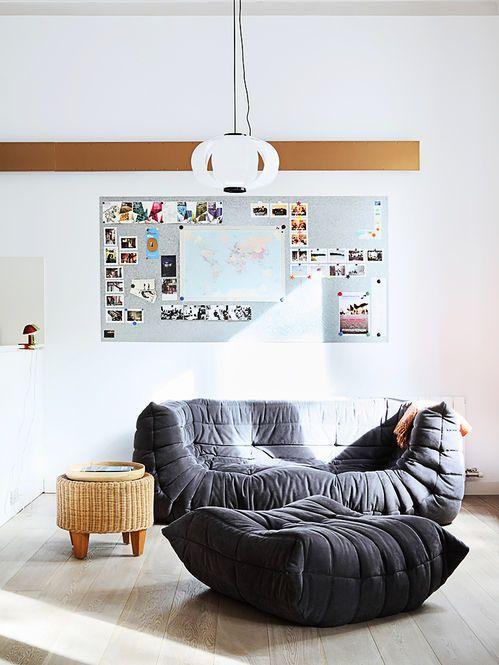 Sofá e Pufe Cinza. Arquiteto: Miel Arquitectos. Designer: Michel Ducaroy / Ligne Roset.