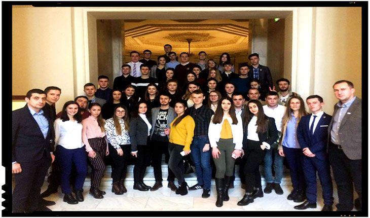 100 de stagiari din Basarabia la 100 de parlamentari în Anul Centenar Luni, 19 februarie, la ora 14.30, în cadrul Parlamentului României a avut loc lansarea oficială a Programului de stagii destinat tinerilor din Republica Moldova aflaţi la studii în România. Parlamentarii şi studenţii s-au întâlnit în sala de conferinţe a Comisiei pentru comunităţile de…