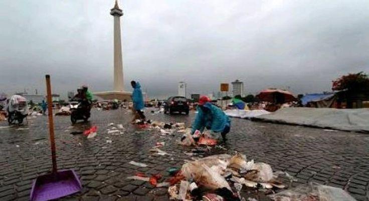 "Perayaan Tahun Baru di Jakarta Hasilkan 225 Ton Sampah  KONFRONTASI-Jumlah sampah yang dibersihkan dari beberapa lokasi perayaan malam tahun baru 2017 di Ibu Kota sebanyak 225 ton.  ""Total sampah diperkirakan sebanyak 225 ton dan ini belum termasuk sampah di Ancol karena sampai pagi tadi mereka sedang bersih-bersih bahkan libatkan pengunjung. Dari 225 ton itu sekitar 80 persen sampah anorganik"" ujar Kepala Dinas Kebersihan DKI Jakarta Isnawa Adji dalam keterangannya di Jakarta Minggu…"