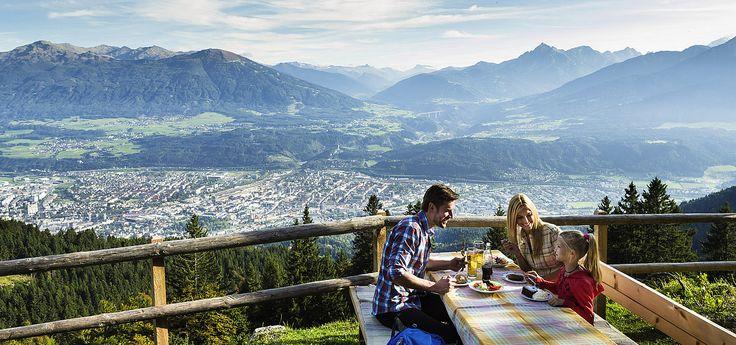 Widok na panoramę miasta z górskiej chatki w Innsbrucku © Innsbruck Tourismus
