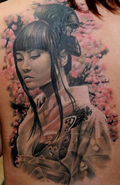 Tatouage Retour Réaliste Geisha par Radical Ink
