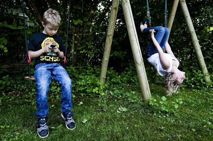 Mobiltelefonen og andre sociale og interaktive medier udfordrer den måde, vi hidtil har været sammen på, og kan være en potentiel kilde til stress både hos voksne og måske hos børn. Men skal vi gøre det rigtige, er vi nødt til at forstå, hvad der er på spil – nemlig en grundlæggende forskel på måden, vi hver især er til stede på
