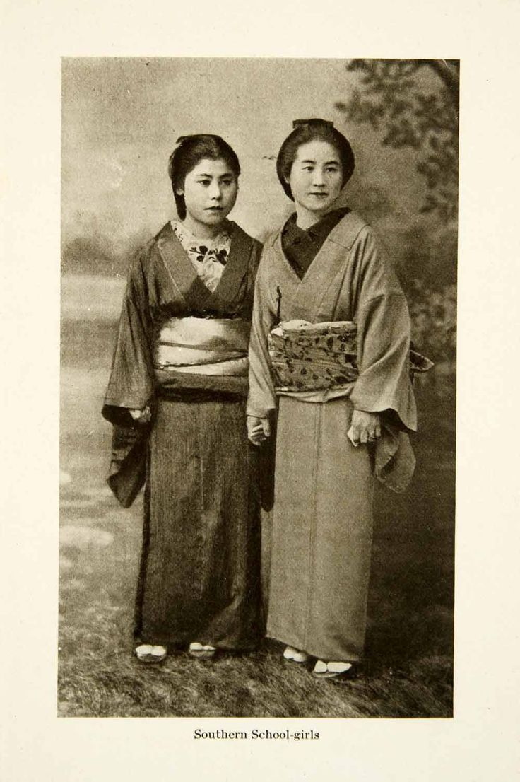 This is an original 1904 monochrome halftone print of a photo of Japanese school girls in traditional garb during the Meiji Period. CONDITION This 107+ year old Item is rated Very Fine +++. Light agin