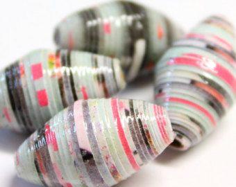 18 perline fatti a mano, realizzati con carta riciclata. Tutte le perle sono realizzate utilizzando carta riciclata, tra cui: riviste, giornali, cartoline di Natale, imballaggio, calendario da parete e altri oggetti che altrimenti sarebbero stati cestinati. Le perle sono due volte vetri utilizzando vernice impermeabile, il che significa che le perle sono resistenti allacqua, ma non impermeabile - significato uscire sotto la pioggia in loro è bene, ma probabilmente non andare a nuotare in…