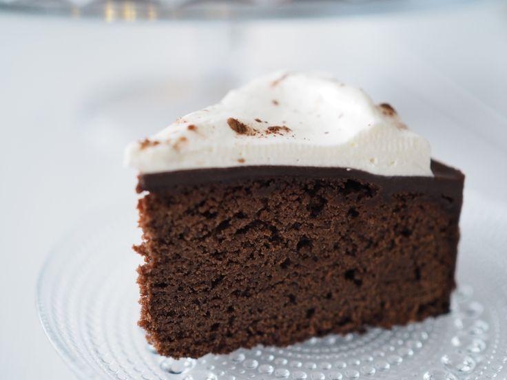 Ihan unohdin uuden vuoden kakkumme ohjeen. Halusin tehdä jonkun helpon suklaakakun, jossa olisi päällä suklaaganachea ja kermavaahtoa...