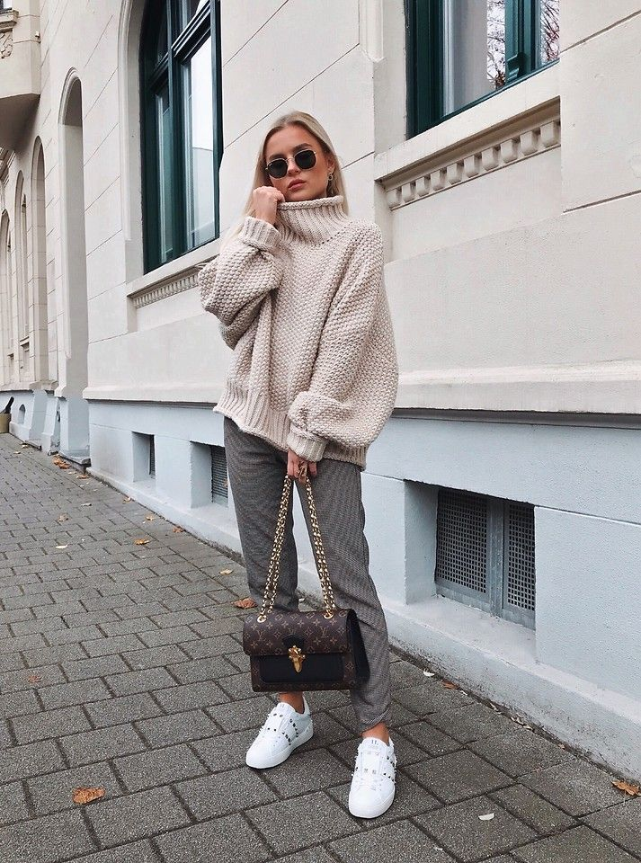 Romina M. - Louis Vuitton Victoire, H&M Turtleneck, Bershka Pants, Valentino Rockstud Sneakers - Instagram @Donnaromina | OOTD