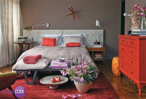 Decoração de Interiores - Quartos de Casal Com os tons reconfortantes da terra, como o bege, associado aos marrons, criou-se a base para compor a decoração deste quarto de casal. Tonalidades avermelhadas e róseas, e a mistura de texturas que aparece nos tecidos da roupa de cama, na lona que reveste a cabeceira, no tapete e nos objetos, criam um espaço estiloso, colorido e, ao mesmo tempo, harmonioso. Projeto: Júlio Rosa
