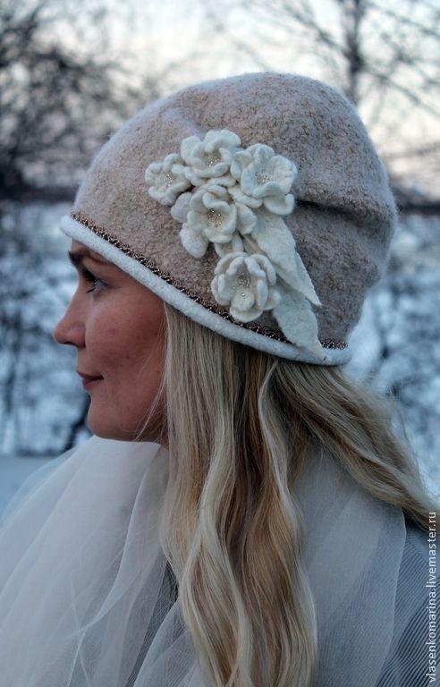 Женственная шапочка вкусного сливочно-кремового цвета с золотистыми искорками. Украсит вас и согреет в прохладную погоду. Можно сделать в любом цвете.
