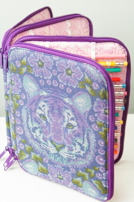 This pattern is the perfect art case to make for yourself or the favorite artist in your life. With 3 separate zippered sections, you'll have more than enough space for a plethora of art supplies, such as pencils, markers, and crayons. Stitched elastic will hold all the supplies in place, and there are also several pockets for additional storage space.  Read more about this pattern, and check out all of the pattern testers cases! http://sewsweetness.com/2016/02/ultimate-art-organizer.html…