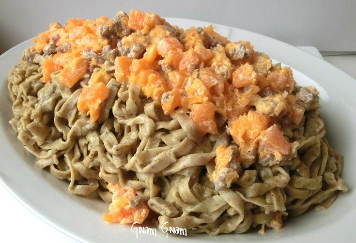 Tagliatelle con farina di grano saraceno, zucca e salsiccia | Ricetta